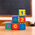 Žaislai su skaičiais ir raidėmis